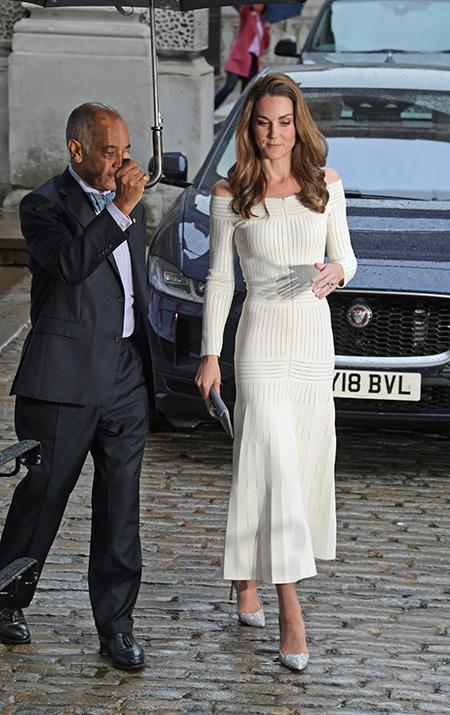 Кейт Миддлтон в кремовом платье и туфлях Золушки на гала-вечере Action on Addiction