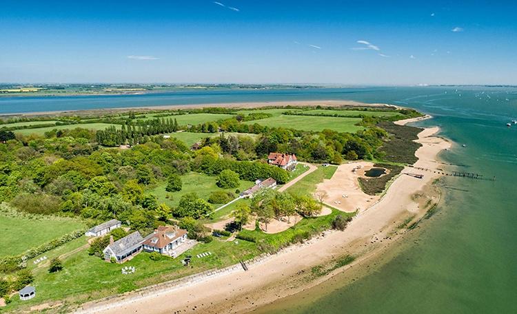 Рианна арендовала остров в Англии для записи нового альбома