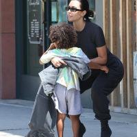 56348 Все свое ношу с собой: Ким Кардашьян с сыном Сейнтом в Лос-Анджелесе