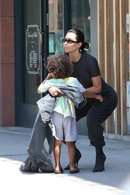 Все свое ношу с собой: Ким Кардашьян с сыном Сейнтом в Лос-Анджелесе
