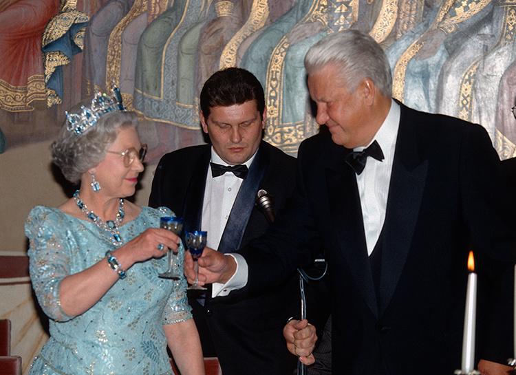 56930 Елизавета II владеет четырьмя квартирами в Москве