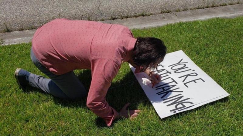 Киану Ривз удивил семью поклонников, оставивших ему послание во дворе собственного дома
