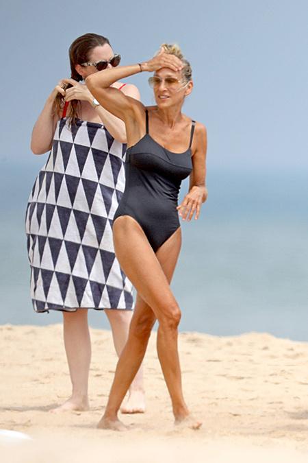 Лето в городе: Сара Джессика Паркер на пляже в Хэмптонсе