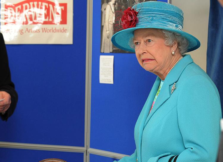Пока Елизавета II спала: англичанин перелез через парадные ворота Букингемского дворца, желая пообщаться с королевой
