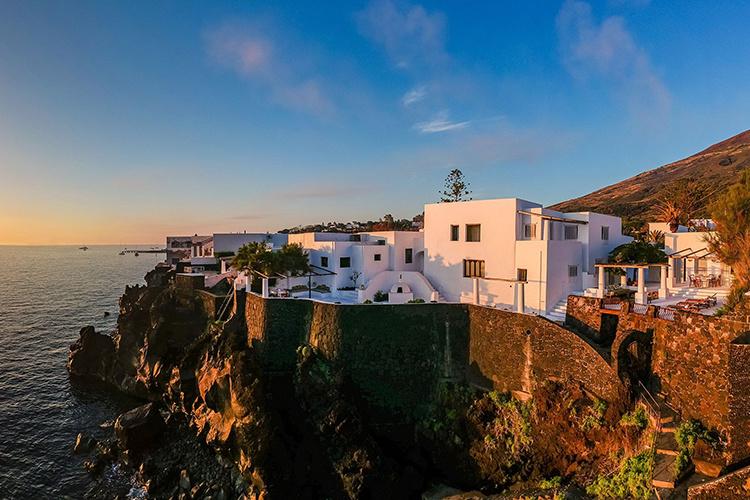 В гостях у Доменико Дольче и Стефано Габбана: экскурсия по необычной вилле дизайнеров на острове Стромболи