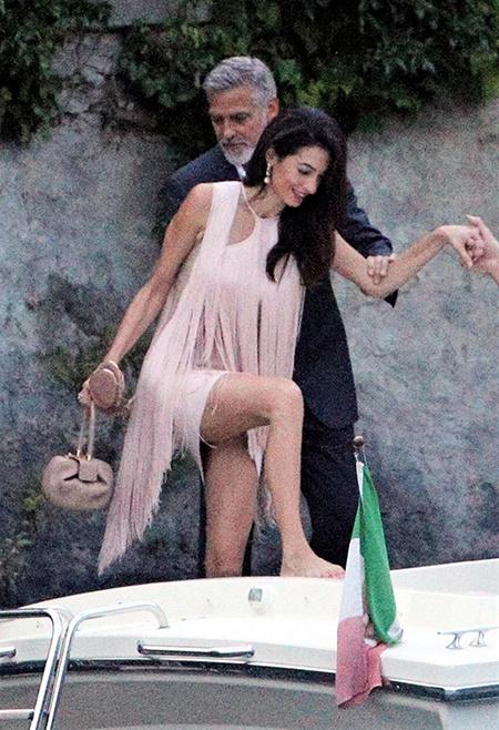 В пудровых тонах: Амаль Клуни в платье Stella McCartney на ужине со Стеллой Маккартни, ее мужем и Джорджем Клуни