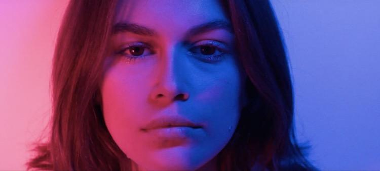 """Впервые в клипе: Кайя Гербер снялась в музыкальном видео на песню """"Burnout"""""""