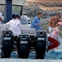57077 На релаксе: Николя Саркози и Карла Бруни с дочерью на отдыхе в Испании