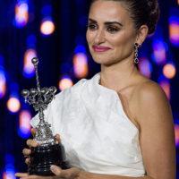 58113 Пенелопа Крус припала к руке Боно, получая премию Donostia на кинофестивале в Испании