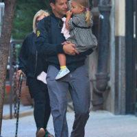 57993 Пока мама на работе: Брэдли Купер с дочерью Леей гуляют по Нью-Йорку
