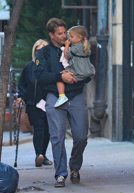Пока мама на работе: Брэдли Купер с дочерью Леей гуляют по Нью-Йорку