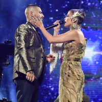 58243 Golden lady: Дженнифер Лопес выступила на концерте молодого колумбийца