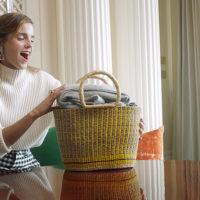 59683 Грелка, шарф и два разряженных телефона: Эмма Уотсон рассекретила содержимое своей сумки