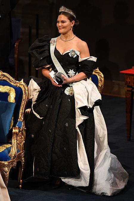 59605 Принцессы София, Виктория, Мадлен и другие члены королевской семьи Швеции на ужине в честь Нобелевских лауреатов