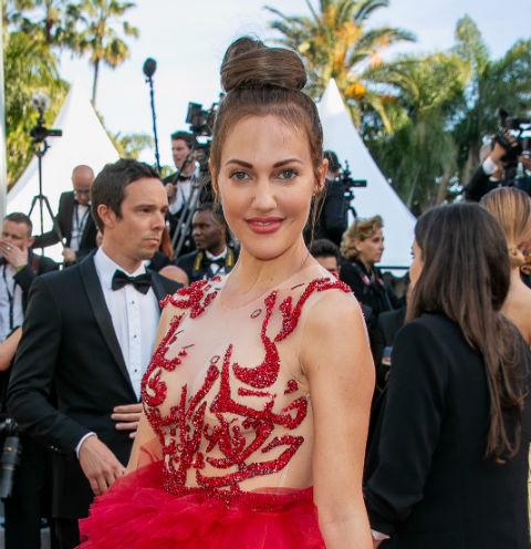 60681 Мерьем Узерли вышла на красную дорожку в платье «невесты» с глубоким декольте