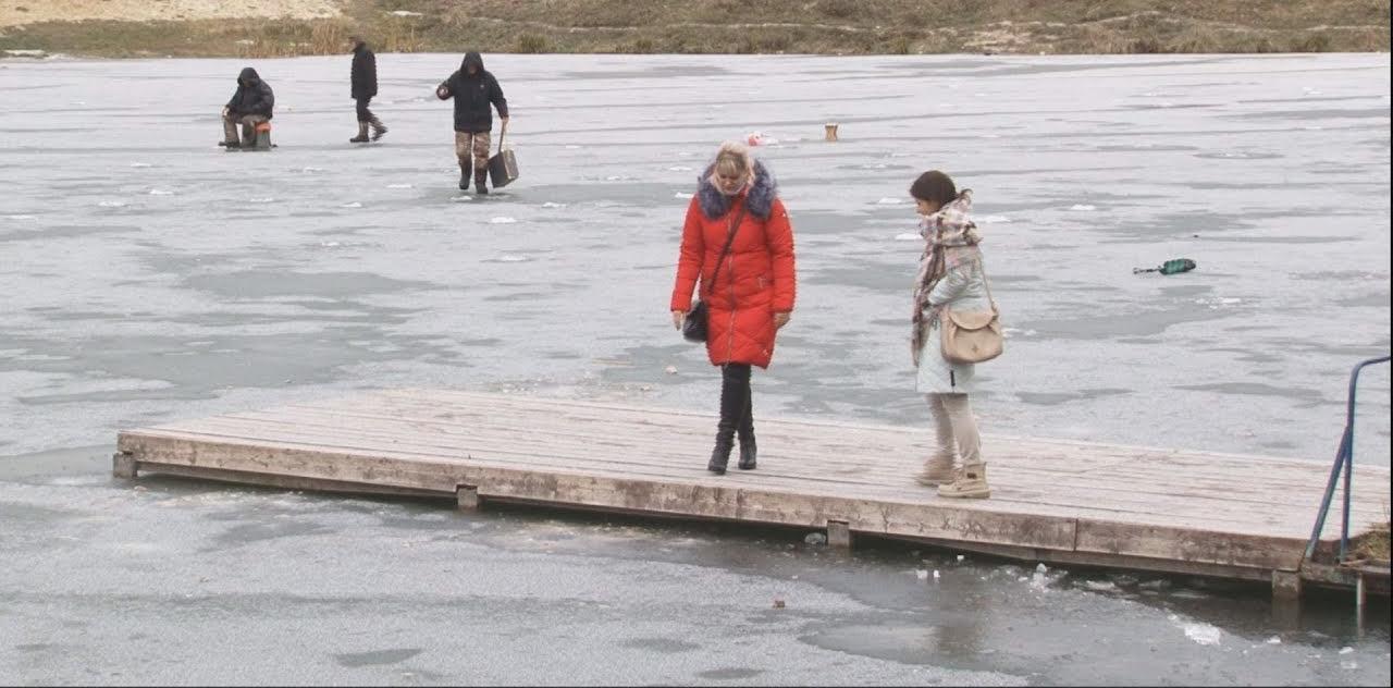 61340 Девушка бесстрашно бросилась в ледяную воду, что бы спасти тонущего мальчика