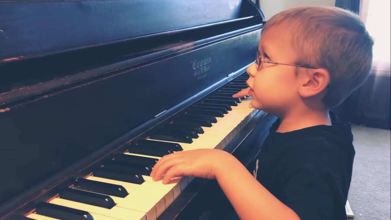 61443 Маленький музыкант, который очень плохо видит, покорил всех своим исполнением «Богемской рапсодии». Очень трогательное видео