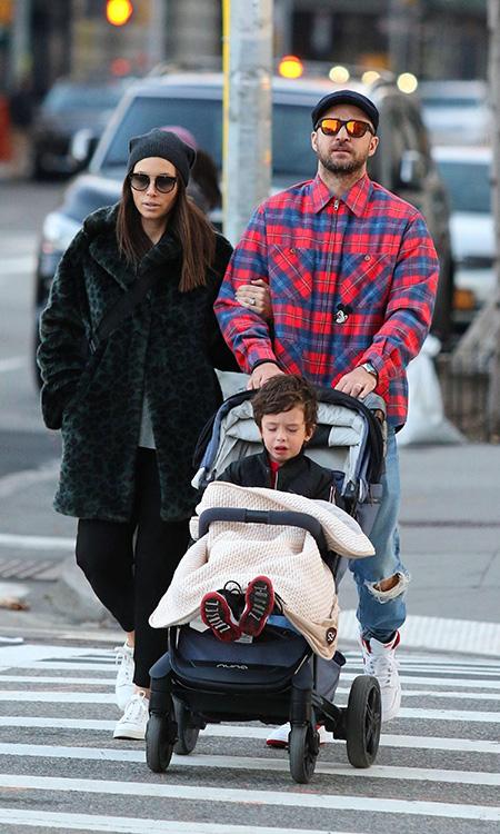 61546 Семейная идиллия: Джастин Тимберлейк и Джессика Бил на прогулке с сыном