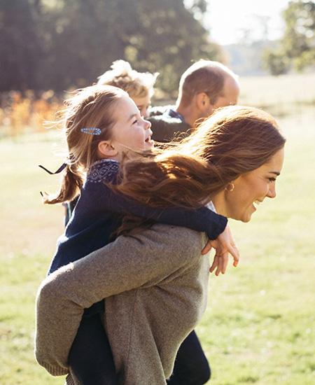 62233 День матери: Кейт Миддлтон и принц Уильям поделились редкими кадрами из семейного альбома