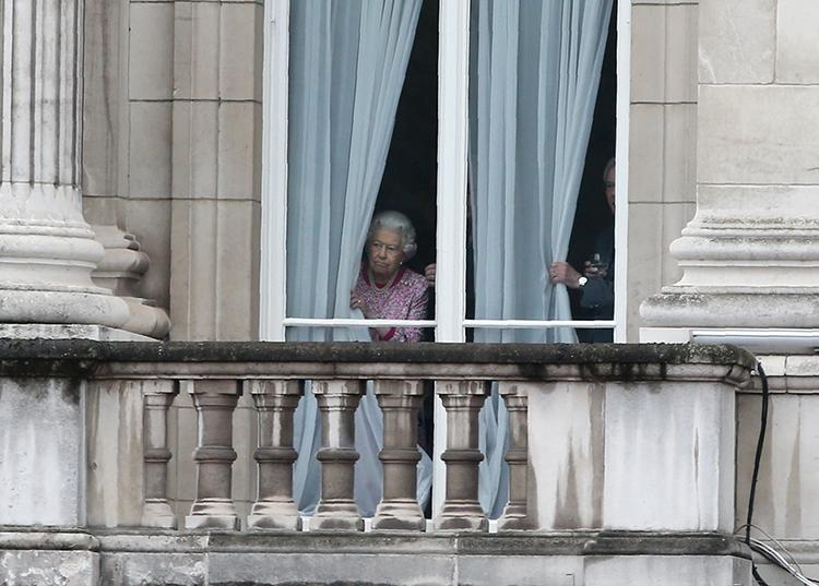 62443 Королева в опасности, круг сужается: вслед за принцем Чарльзом COVID-19 обнаружили у лакея Елизаветы II