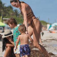 62159 Куклы Барби существуют: Кэндис Свейнпол на пляже с детьми в Майами
