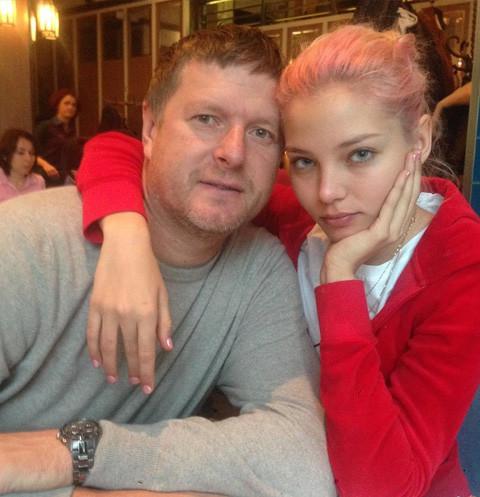 61774 Отец Алеси Кафельниковой: «На показы «Шанель» дочь не возьмут, потому что она пришла в нетрезвом состоянии»