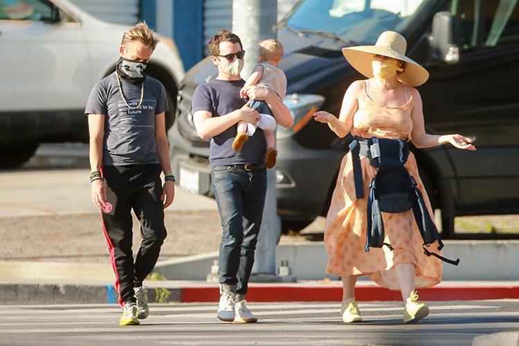 63424 Элайджа Вуд замечен на прогулке с сыном: первые фото малыша