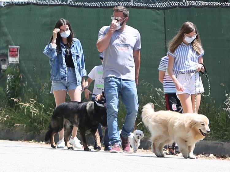 63516 Семейный выход: Бен Аффлек и Анна де Армас на первой прогулке с детьми актера