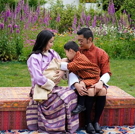 63626 Король и королева Бутана поделились семейной фотосессией с новорожденным сыном