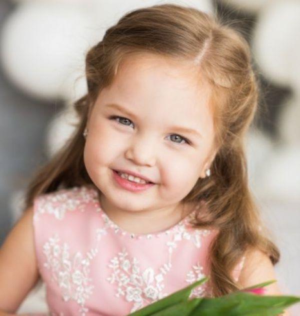 63661 Маленькая девочка уступила бабушке место в автобусе…Все пассажиры плакали от смеха…