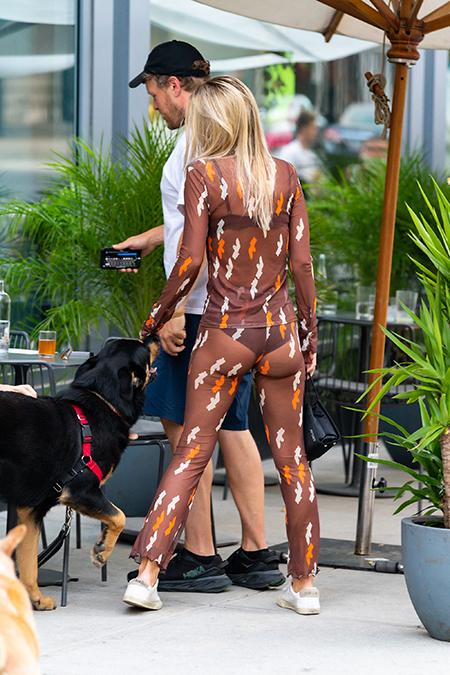 63985 Не надо стесняться: Эмили Ратажковски прогулялась в абсолютно прозрачном костюме по Нью-Йорку