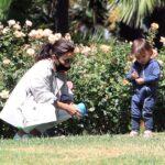 63825 Познавая мир: Ева Лонгория и ее сын Сантьяго исследуют парк возле дома