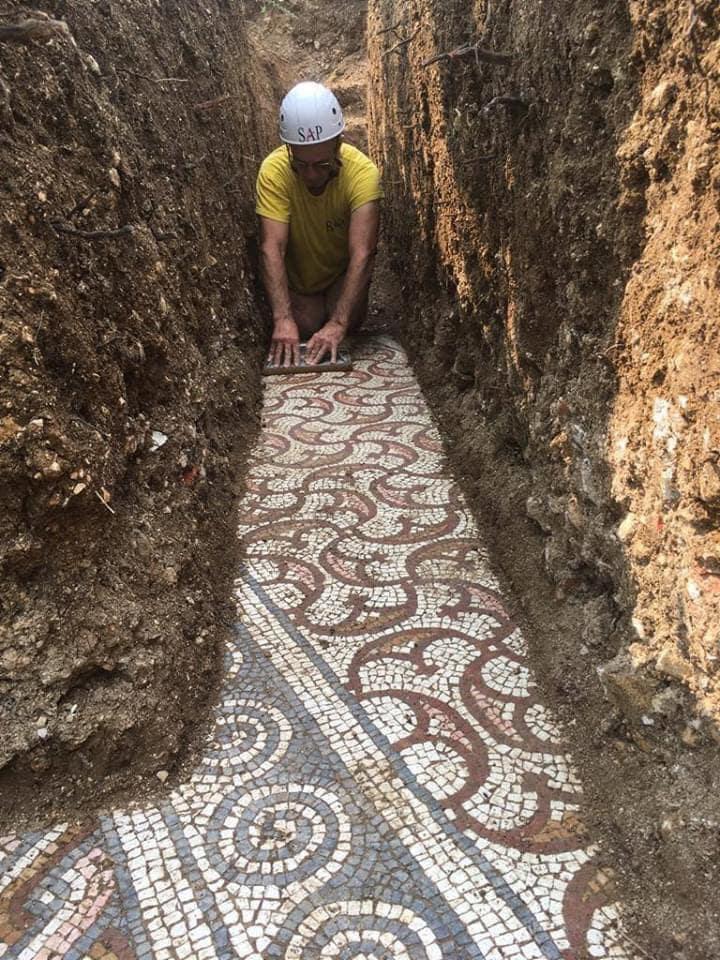 63634 Удивительная находка: в Италии во время прокладки труб обнаружили древнеримскую мозаику