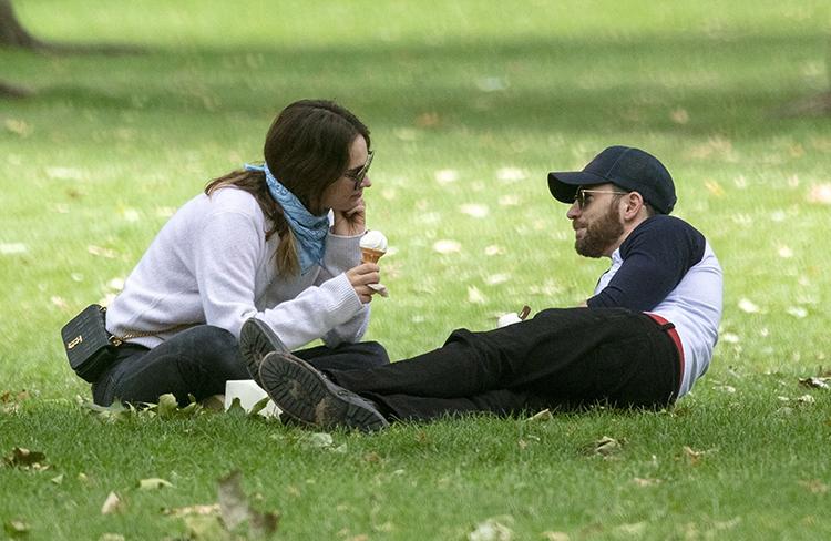64176 Лили Джеймс и Крис Эванс в парке Лондона: первые фото пары