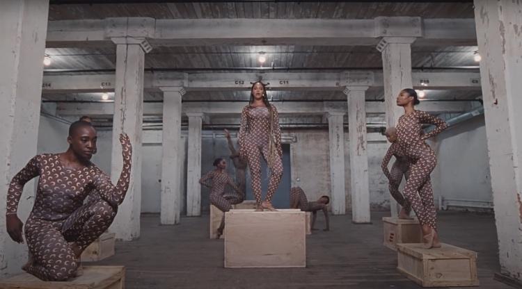 """64449 Бейонсе выпустила новый клип в рамках релиза пластинки Black is King: 8 ярких нарядов и один """" с приветом"""""""