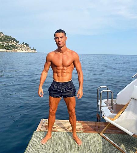 64610 Криштиану Роналду отдыхает с Джорджиной Родригес и детьми на своей новой яхте за 7 миллионов долларов у берегов Италии