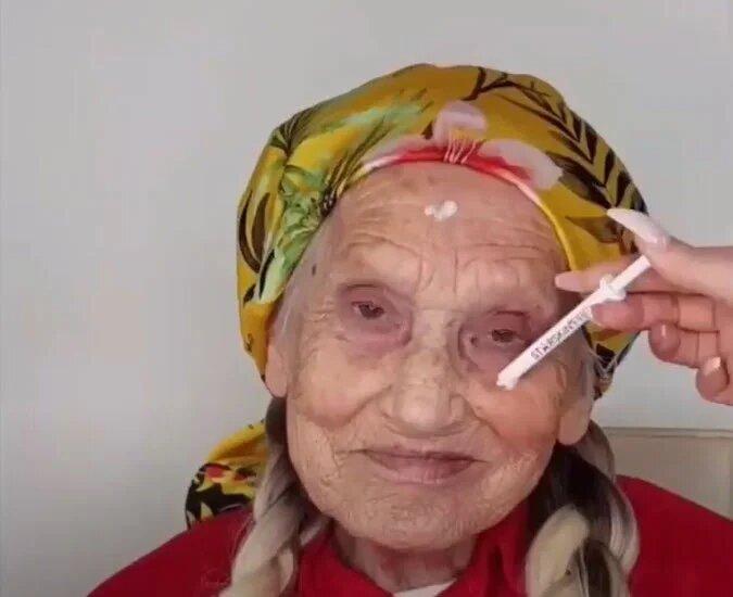 64608 Накладные ресницы, волосы и яркая помада: стилист создал бабушке молодежный образ