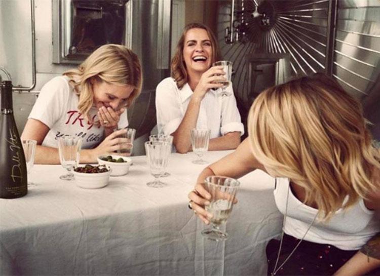 64876 Кара Делевинь и ее сестры Поппи и Хлоя занялись выпуском веганского вина