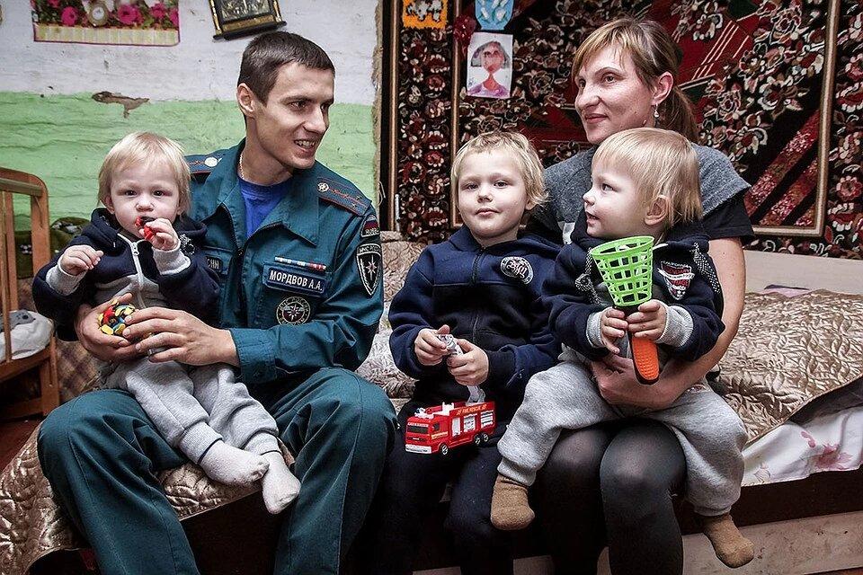65305 Пожарный из Самары спас близнецов, а потом стал их крестным отцом