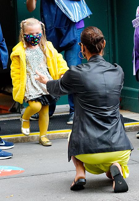 65494 В оттенках лайма и лимона: как Ирина Шейк встретила из детского сада дочь Лею