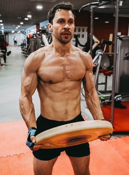 66289 Как поддерживает себя в форме Павел Деревянко: рассказывает тренер актера Евгения Дюпина